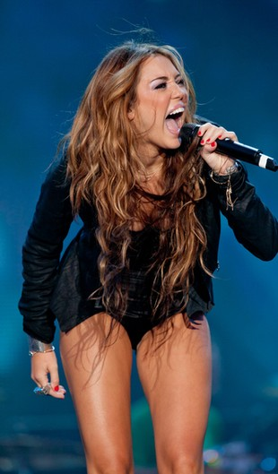 Miley Cyrus ma tatuaż na uchu (FOTO)