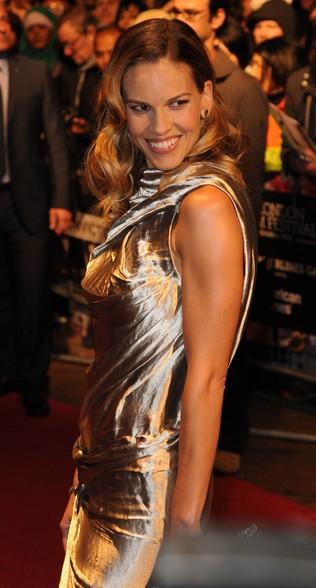 Hilary Swank - nieogolona pacha na czerwonym dywanie! (FOTO)