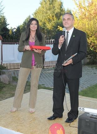 Alicja Węgorzewska i Pawlak rozdający kiełbasę (FOTO)