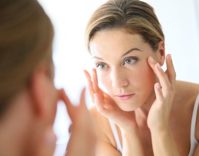 Serum do twarzy, a krem przeciwzmarszczkowy – jakie są różnice?