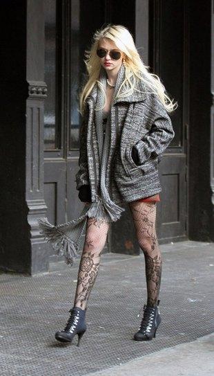 Momsen w pończochach i gorsecie przed studio Lettermana