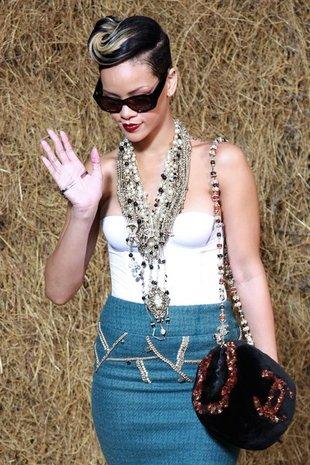 Rihanna w wielkim białym futrze (FOTO)