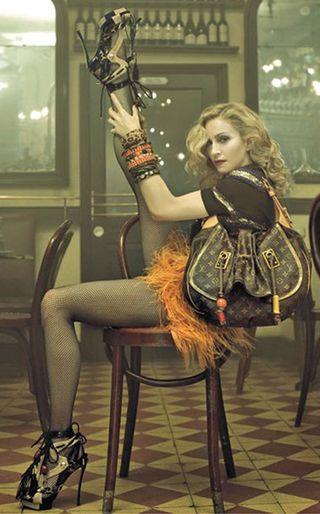 Madonna rozkłada nogi w reklamie LV
