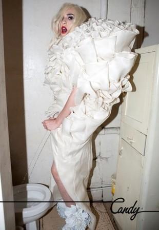 Lady Gaga sika na stojąco! (FOTO)