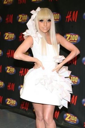 Lady Gaga i jej wielka kokarda na głowie