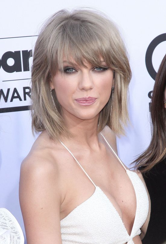 Taylor Swift, smoky eyes, beżowa szminka