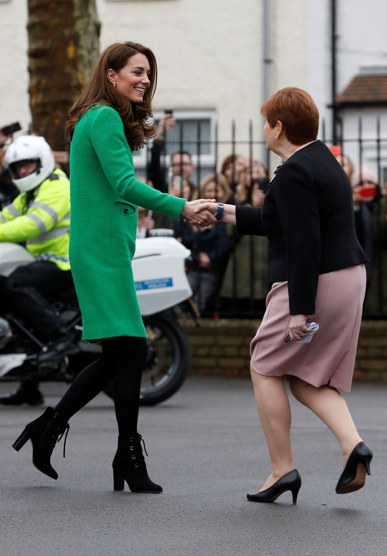 Księżna Kate w zielonej sukience i botkach na obcasie
