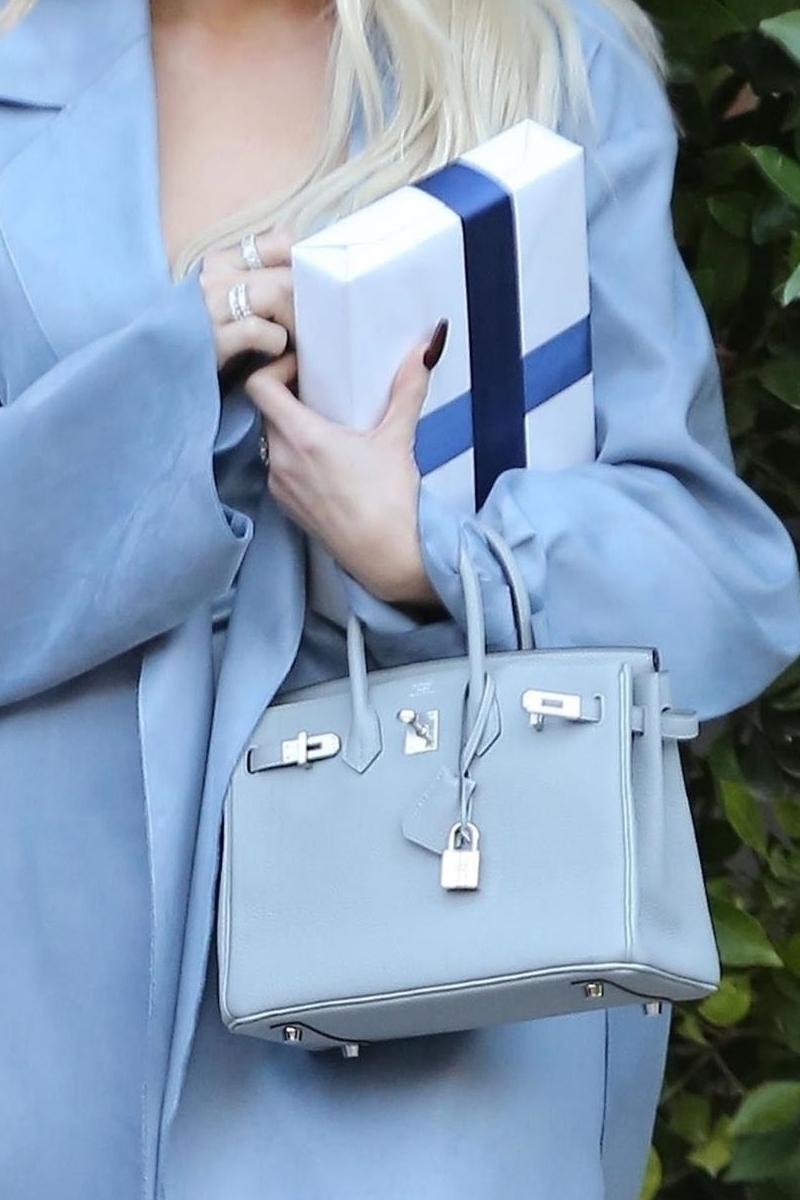 Khloe Kardashian cała w błękicie. Rzadko stawia na tak elegancki look