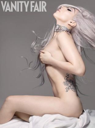 Półnaga Lady Gaga całuje i rzuca się w tłum (VIDEO)