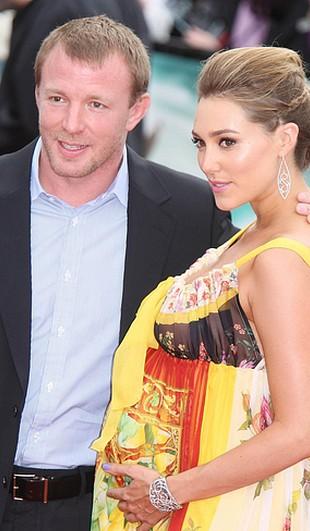Guy Ritchie ze swoją ciężarną dziewczyną (FOTO)
