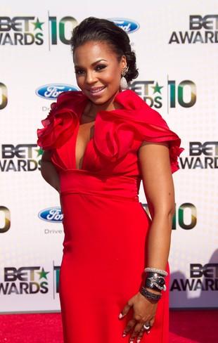 Czerwona sukienka Ashanti zrobiła furorę (FOTO)