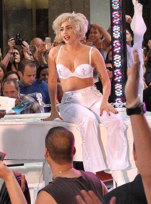 Lady Gaga głodziła się, by zmieścić się w kostiumy