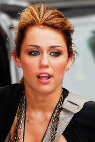 Miley Cyrus nosi się jak paw (FOTO)