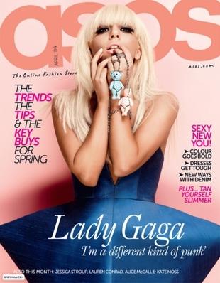 Lady Gaga bez makijażu i z rozsuniętym rozporkiem