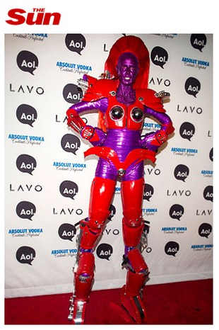 Kogo kryje ten wymyślny kostium? (FOTO)