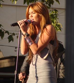 Miley Cyrus chce, by traktować ją jak dorosłą (FOTO)