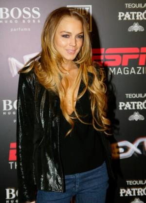 Lindsay Lohan na plaży w czapce Świętego Mikołaja
