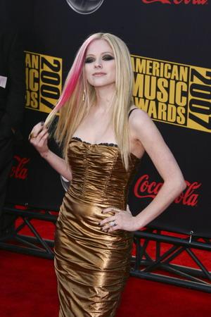 Avril Lavigne wygląda jak lalka i podpala lalki (FOTO)