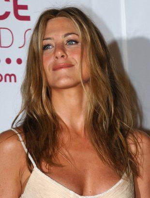 Jennifer Aniston propaguje modę Holmes