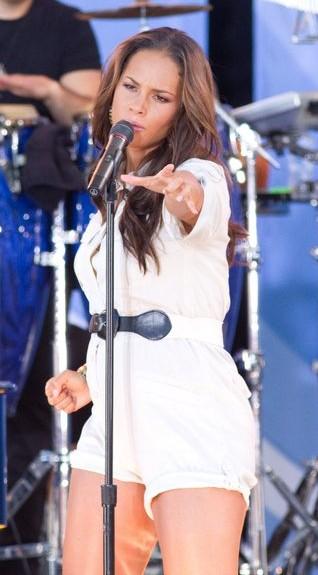 Ciężarna Alicia Keys upadła na scenie (VIDEO)