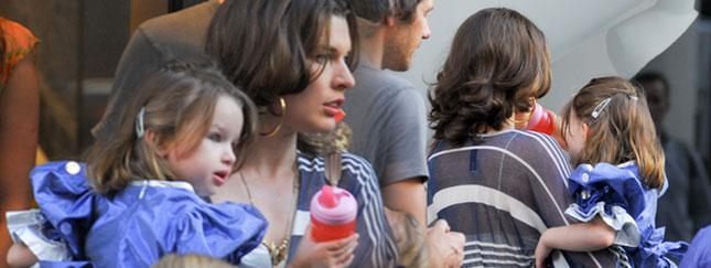 Czy Milla Jovovich niesie lalkę? (FOTO)
