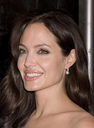 Angelina Jolie miała romans z chłopakiem swojej matki