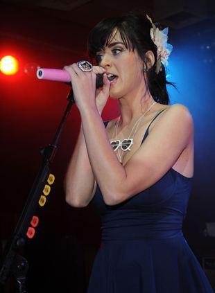 Katy Perry skąpana w strugach deszczu