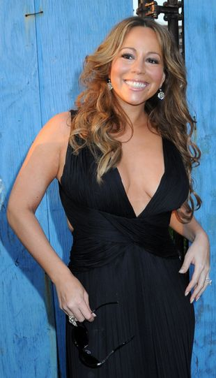 Mariah Carey kryje uda, pokazuje biust (FOTO)