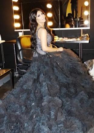Kim Kardashian w sukni z kilkumetrowym trenem (FOTO)