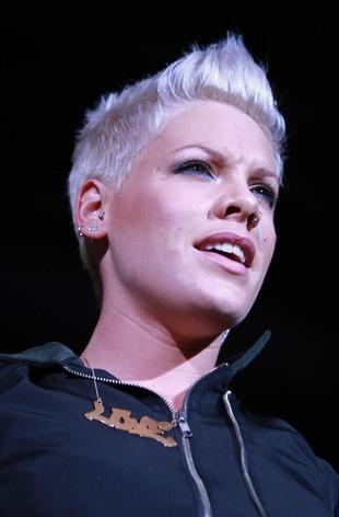 Groźny upadek Pink na scenie! (VIDEO)