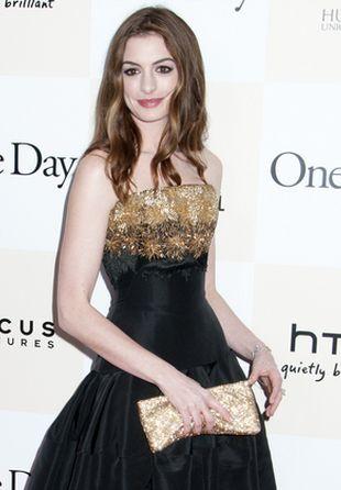 Anne Hathaway udowadnia, że blada cera też jest seksy (FOTO)