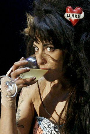 Amy Winehouse usuwa tatuaż z piersi