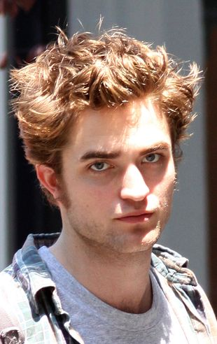 Zobacz, co rozszalałe fanki robią z Robertem Pattinsonem