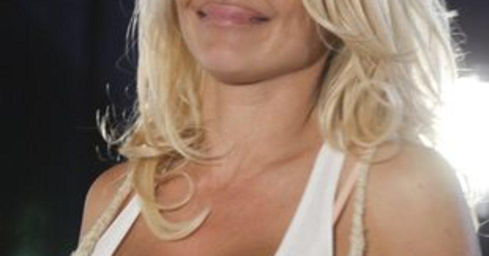 6e75a3c7784b5f Pamela Anderson rozdaje używane majtki - Kozaczek
