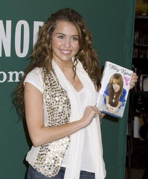 Miley Cyrus promuje swoją autobiografię (FOTO)
