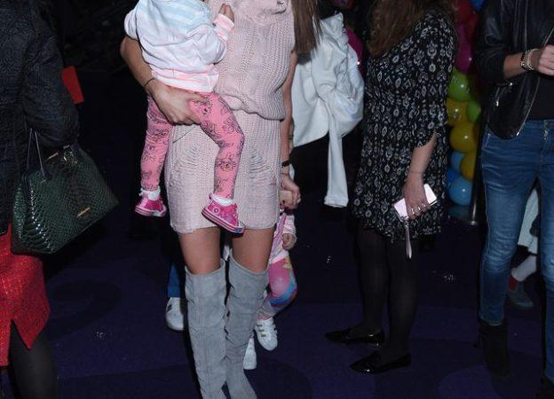 Eliza Wesołowska Trybała i Paweł Trybała z dziećmi na premierze My Little Pony