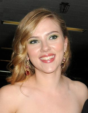 Scarlett Johansson w seksownej sukience w kwiaty (FOTO)