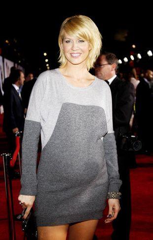 Jenna Elfman - promiennie w zaawansowanej ciąży (FOTO)