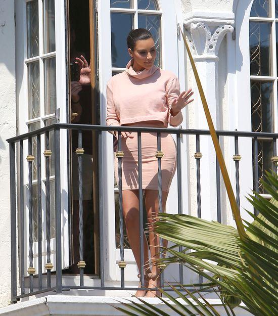 Kim Kardashian w różowym komplecie