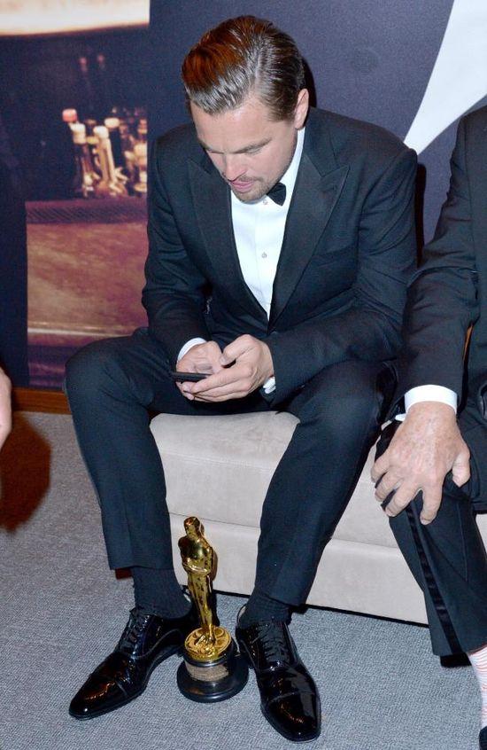 """""""Nareszcie wygrałem, w końcu skończy się śmieszkowanie"""". Leonardo DiCaprio po raz pierwszy zdobył Oscara. Statuetkę otrzymał za rolę w filmie Zjawa w reżyserii Alejandro Gonzáleza Iñárritu."""