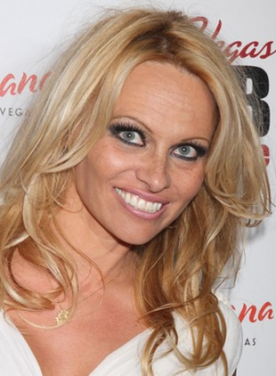 Pamela Anderson powinna przestać się opalać (FOTO)