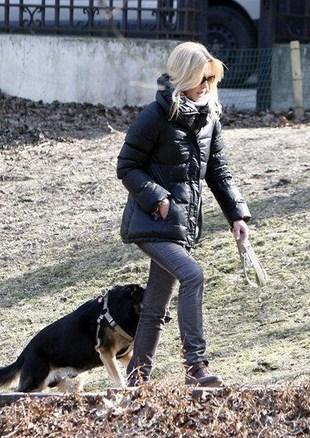 Grażyna Torbicka sprząta brudy po swoim psie (FOTO)