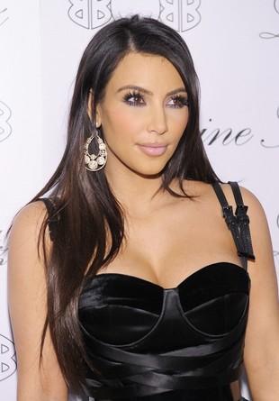 Kim Kardashian modliła się, by piersi przestały jej rosnąć