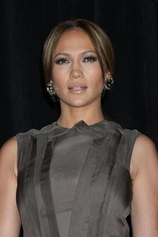Jennifer Lopez - seksownie w szarości (FOTO)