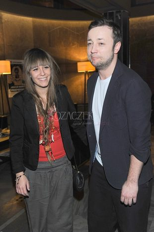 Czesław Mozil z dziewczyną na premierze (FOTO)