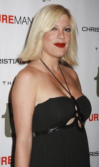Tori Spelling w czerni i czerwieni (FOTO)