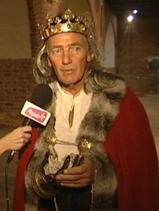 Karol Strasbuger w koronie, z długimi włosami [VIDEO]