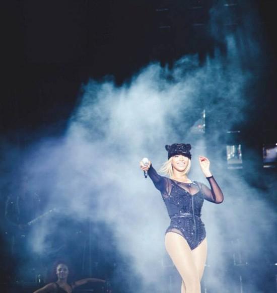 Beyonce chowa krótką fryzurę pod peruką (FOTO)
