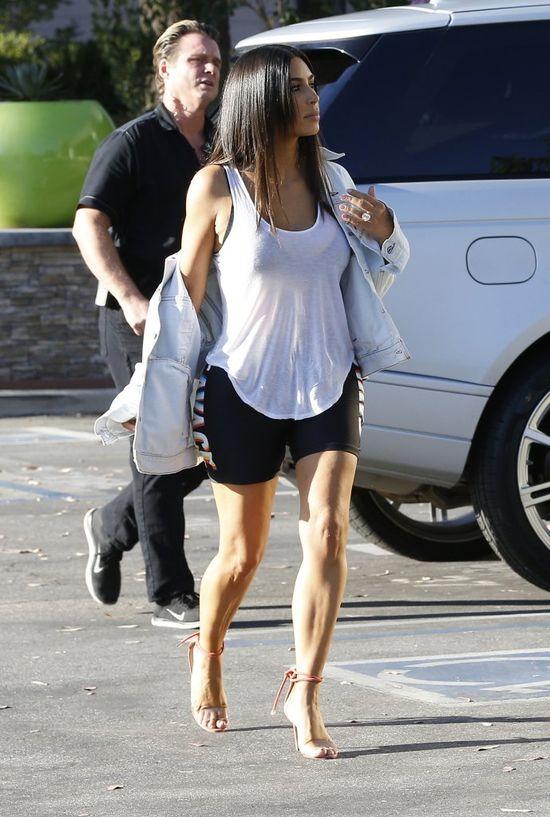 Kim Kardashian w jeansowej katanie.