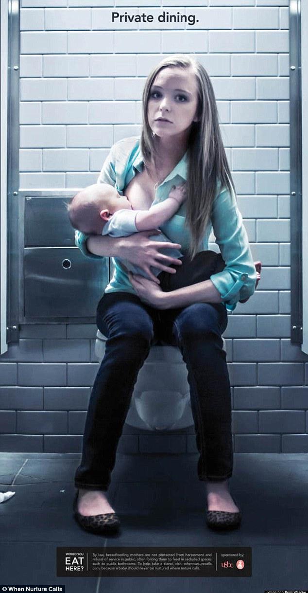 Siedzi na toalecie i karmi dziecko (FOTO)